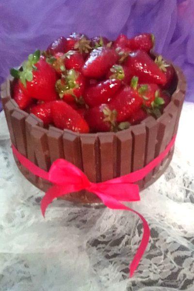 Σοκολατένια τούρτα με Kit Kat & φράουλες